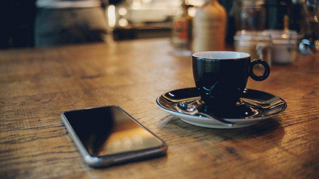 Digitale Etikette: Darf man das Handy auf den Tisch legen?