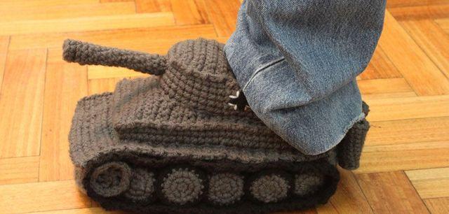 Kriegsmotive auf Pullovern und in Hausschuh Form – ist das