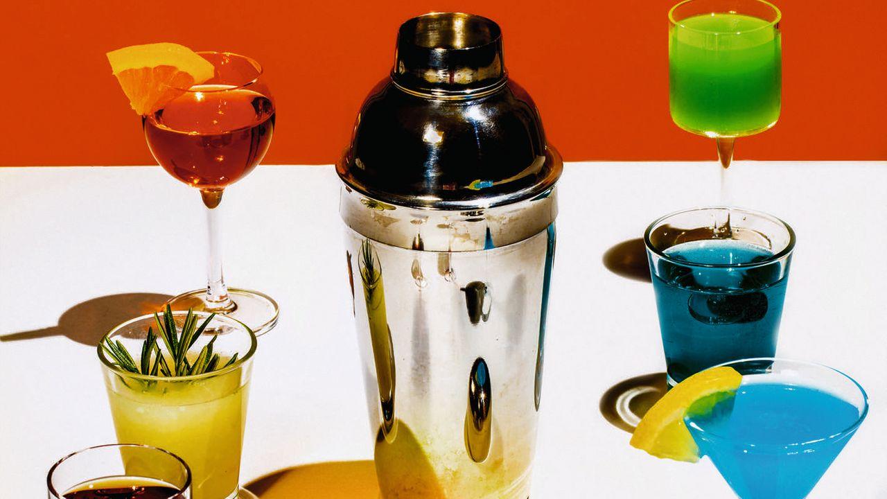 Bunte Cocktails: Einen Regenbogen trinken