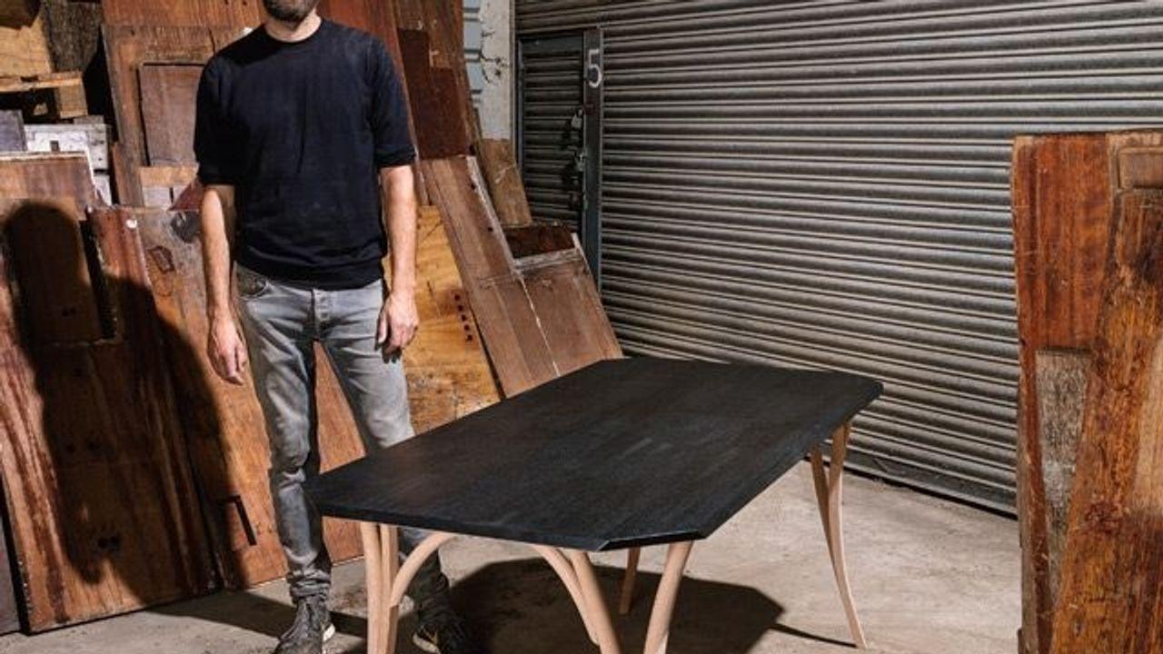 Der Designer Martino Gamper baut einen Tisch für das SZ-Magazin ...