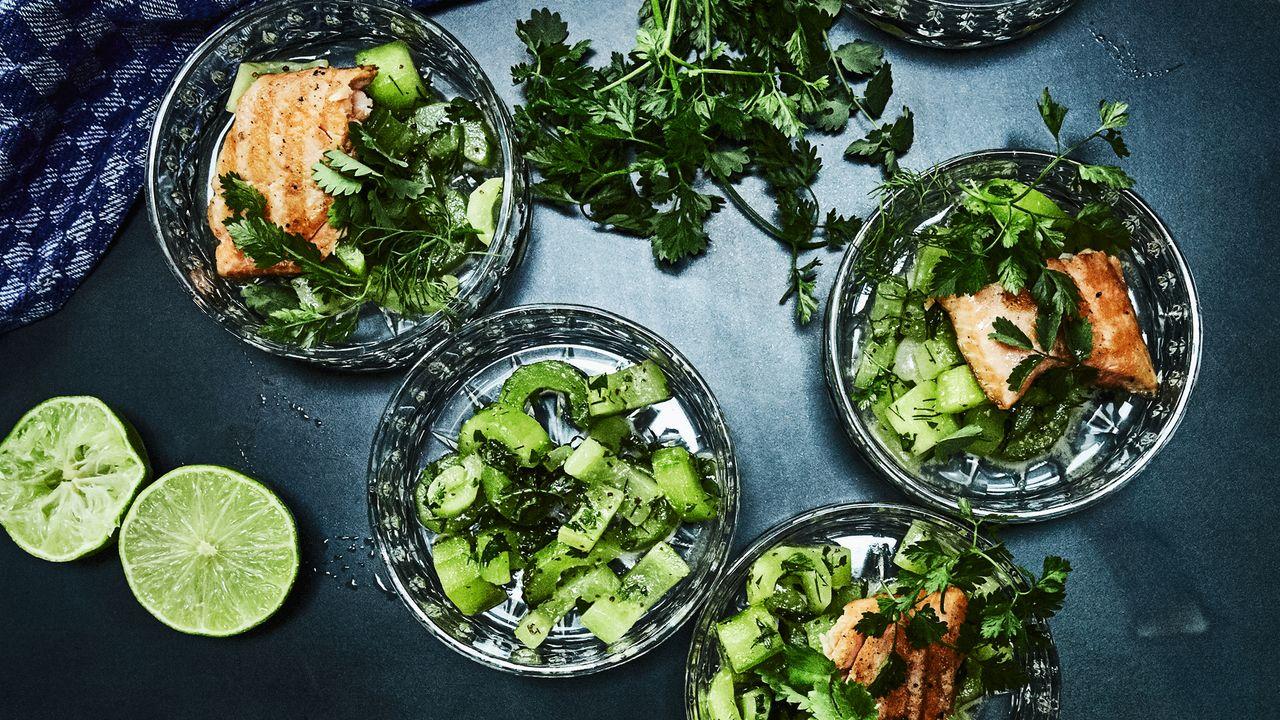 Rezept: Lachsforelle mit blanchierten Gurken, Miso und Senf