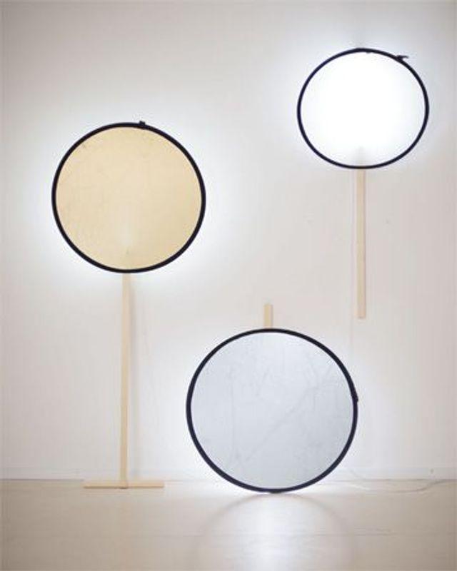 (v.l.n.r.:) Lampe A: Fotoreflektor In Gold Ø95, Holzleiste 200x45x22cm,  Holzleiste 50x45x22cm. Lampe B: Fotoreflektor In Silber Ø105, ...